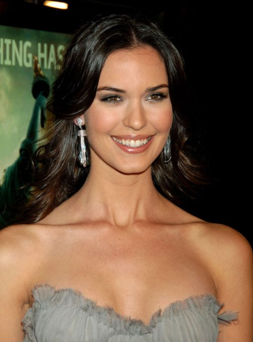 Odette Yustman Fashionable Hairstyles Photos 07
