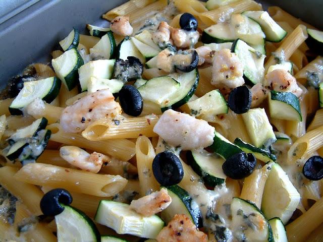 Penne zapiekane z cukinią, grillowanym marnowanym kurczakiem i serem niebieskim ! Szybko, smacznie i tylko 380 kcal