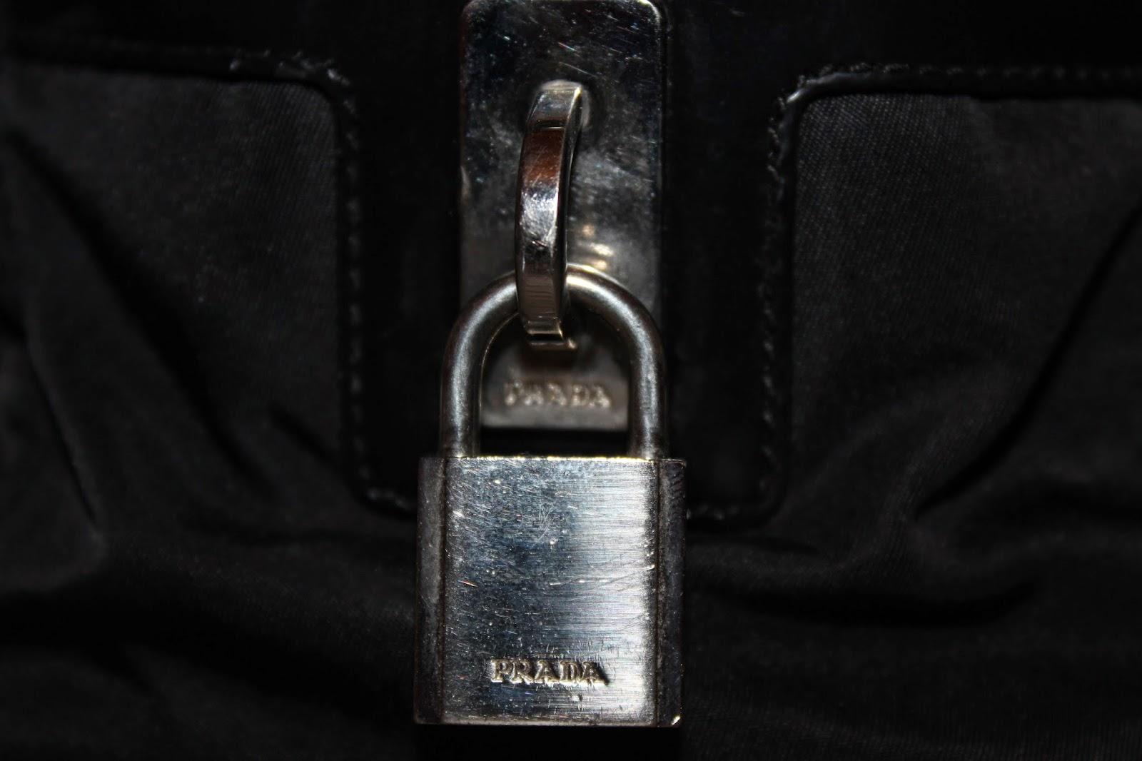 18c48f527f -Un dettaglio molto importante è la R di Prada nel logo e nella targhetta  interna. La gambetta della R infatti deve avere una piccola fessura ...
