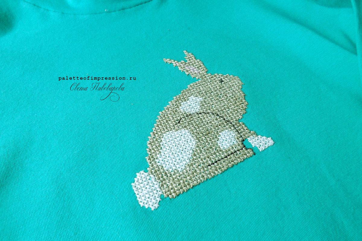Дизайн Heart in hand. Вышивка крестом на трикотаже. Вышивка крестом на футболке. Кролик. Блог Вся палитра впечатлений. Palette of impression blog