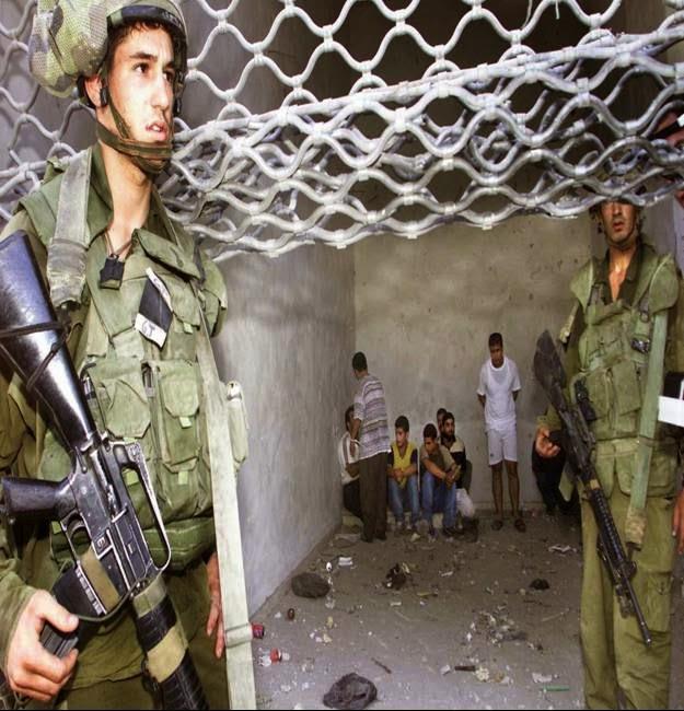 soldados terroristas de Israel vigiam crianças palestinas presas