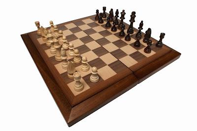 Scacchi è un gioco che contrappone due sfidanti e costituito da una scacchiera con 64 caselle e 16 pedine bianche e 16 nere per ciascun avversario, che attraverso a degli spostamenti dettati dalla logica devono dare scacco matto.