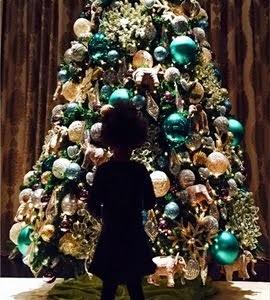 Beyoncé registra a filha Blue Ivy admirando árvore de Natal