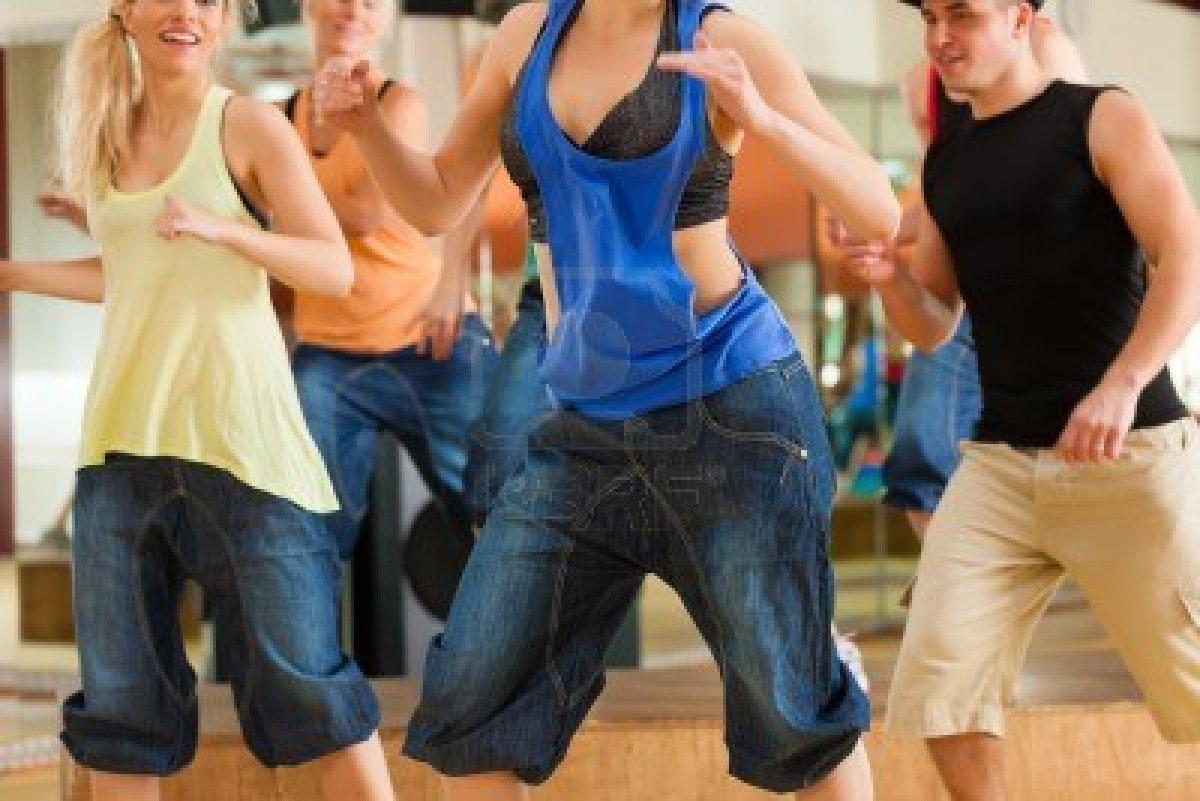 13453018 zumba o jazzdance  gente joven que baila en un estudio o gimnasio hacer deporte o practicar un numer Clases de Zumba para bajar de peso, cardio