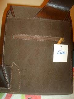 mochila marom em camurça  com bolso na frente e atrás