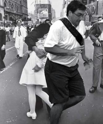 fotografo cruzándose delante de la pareja que se besa