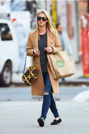 nicky hilton dengan ripped jeans
