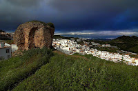 «Almogia y la Torre de la Vela» de Zangarreon - Trabajo propio. Disponible bajo la licencia GFDL vía Wikimedia Commons - http://commons.wikimedia.org/wiki/File:Almogia_y_la_Torre_de_la_Vela.jpg#/media/File:Almogia_y_la_Torre_de_la_Vela.jpg