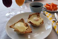 Croque madame-muffinit aamiaispöytään
