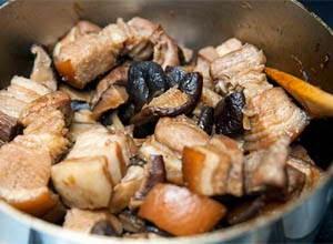 Vietnamese Food - Xôi Măn Gói Trong Lá