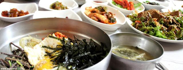 Comiendo bibimbap (arroz con vegetales y huevo)