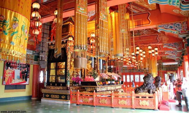 Altar principal del monasterio Po Lin en la isla Lantau
