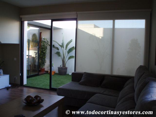 Decoracion interior cortinas verticales estores for Estores salon decoracion