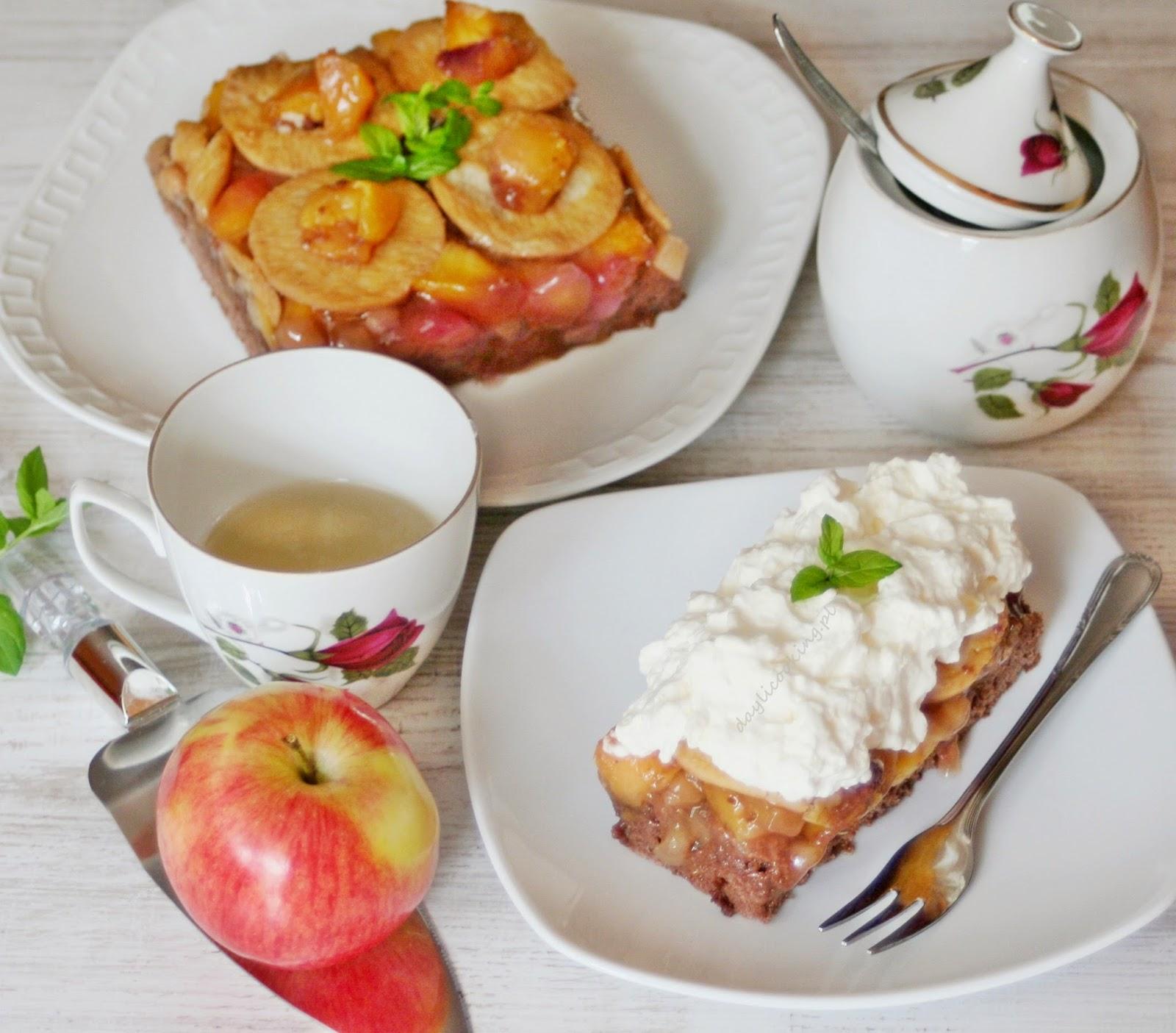 Kakaowe ciasto z jabłkami i nektarynkami