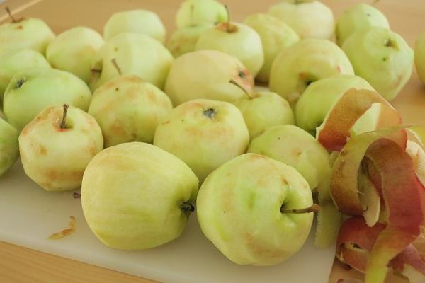 kuorittuja omenoita
