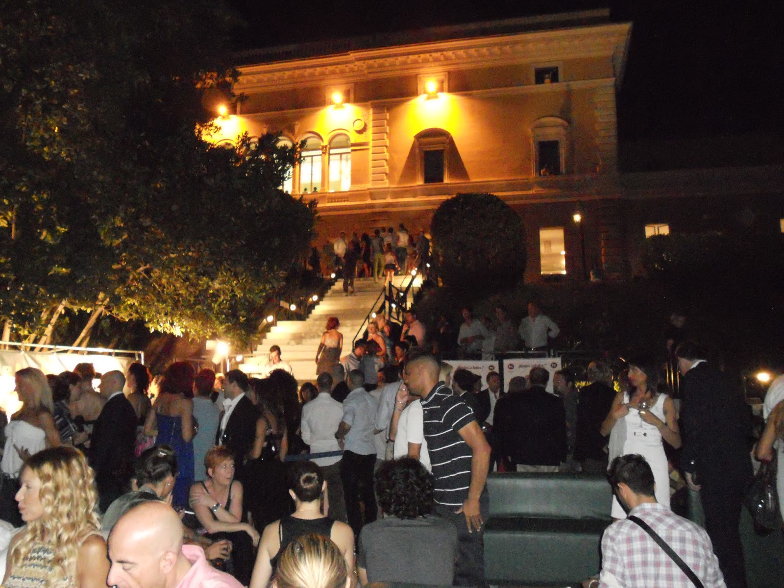 grande successo nella location pi strepitosa di roma la villa un bagno di ospiti un bagno di caldo ma niente ha fermato i tantissimi ospiti e vip per
