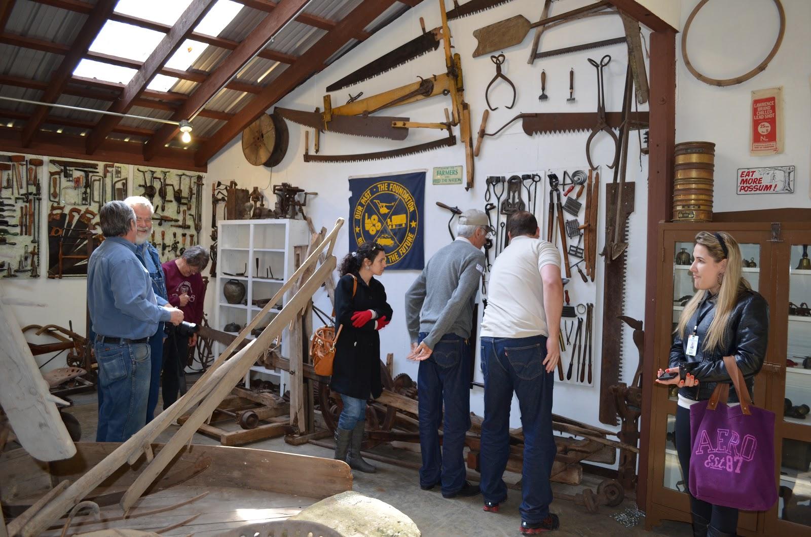 Inúmeras peças e ferramentas antigas de carpintaria marcenaria  #6B356F 1600x1060