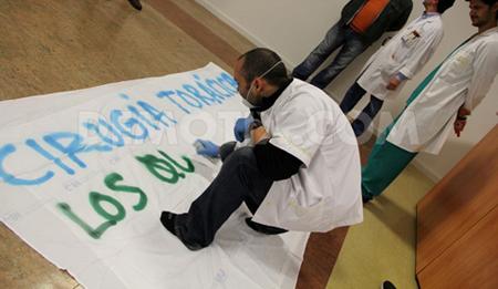 Alcalde arranca pancartas contra la privatizacion en centro sanitario