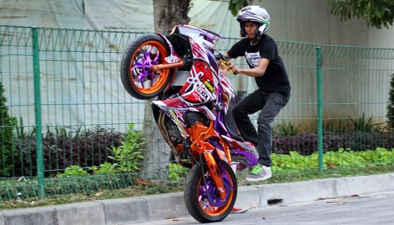 Modifikasi motor sport terbaru Yamaha ini memang masih cukup jarang, pasalnya motor baru ini baru diluncurkan pertengahan 2014 kemarin di Indonesia. Untuk modifikasi Yamaha YZF-R25 kali ini diubah semakin kinclong untuk atraksi freestyle.