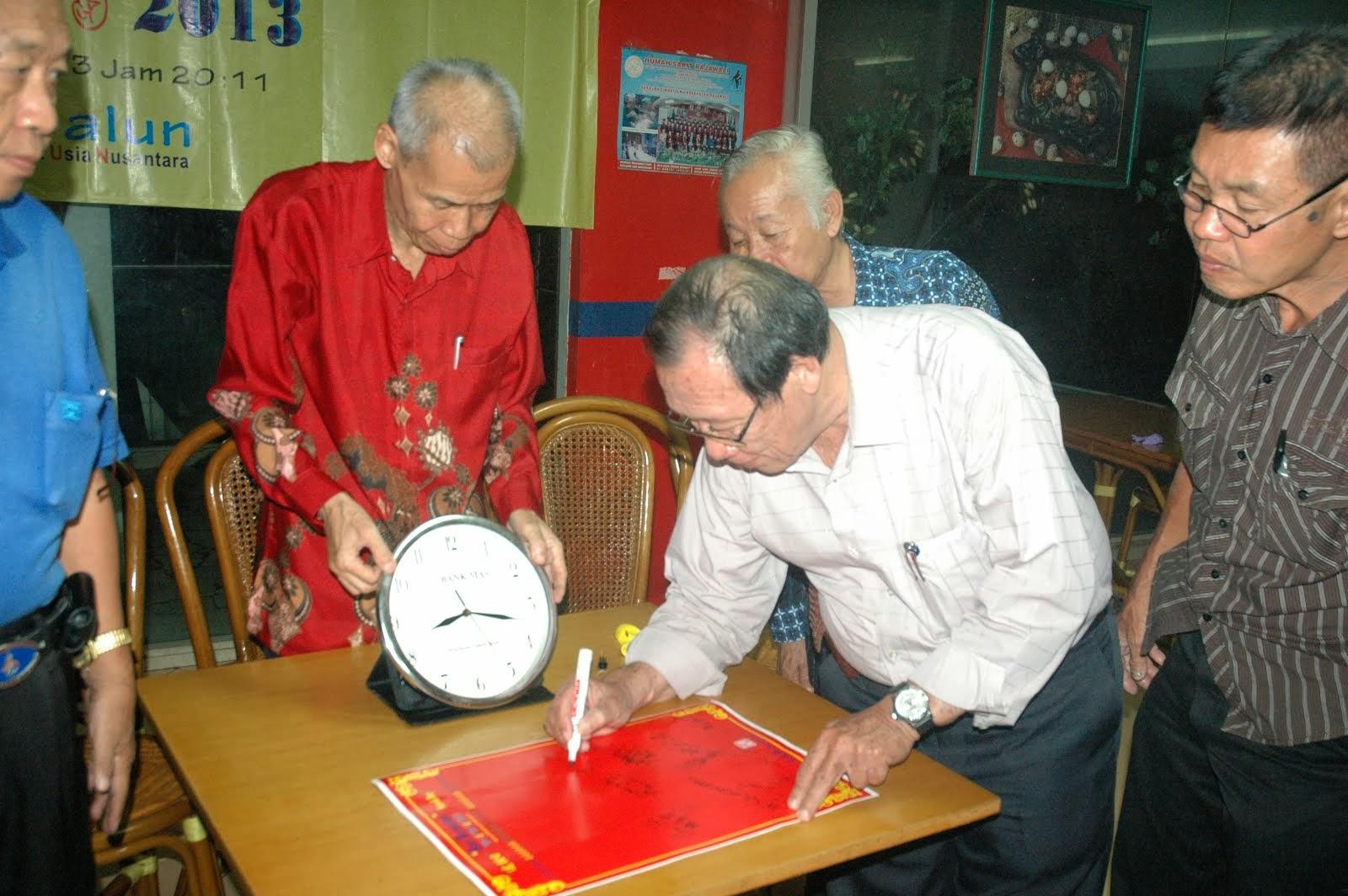 凌耀辉在签宪章纪念书