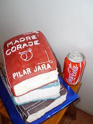 tarta de libros. su tamaño junto a la lata de cocacola.