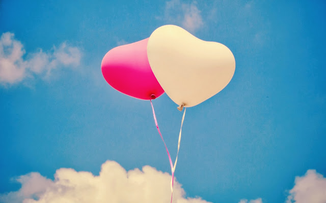 Liefde achtergrond met ballonnen in de vorm van liefdes hartjes