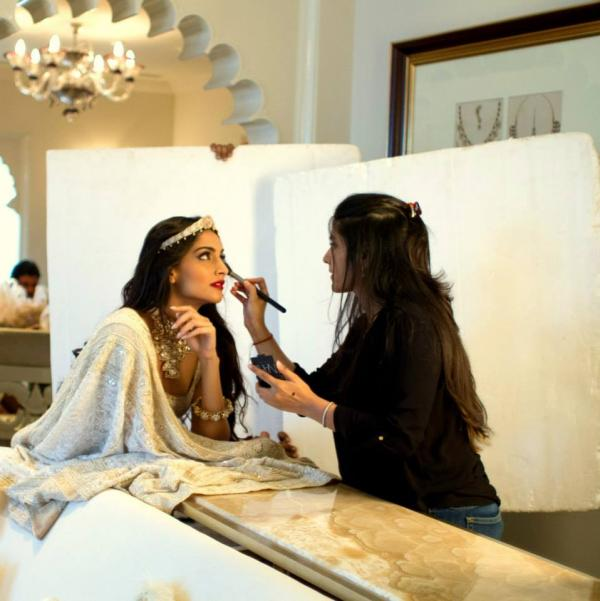 http://2.bp.blogspot.com/-aV4oLpief7w/Uimtoan1sxI/AAAAAAABiPI/8syXVWo50VI/s1600/Behind+The+Scenes+of+Sonam+Kapoor%27s+cover+Photo+shoot+for+%27The+Hindu+Bridal+Mantra%27+(2).jpg