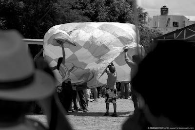 lanzamiendo de globos de papel en Oaxaca