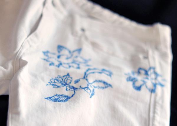 DIY Floral Print Jeans - customize sua calça com estampa de renda floral!