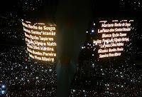 homenagem às vítimas da tragédia no Realengo no show do U2 no Morumbi, dia 09/04/2011 - foto de Renato Luiz Ferreira/AE