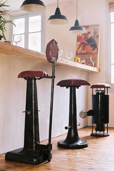 reciclaje y ahorro hogar con una silla de bar elaborada con un pie de máquina