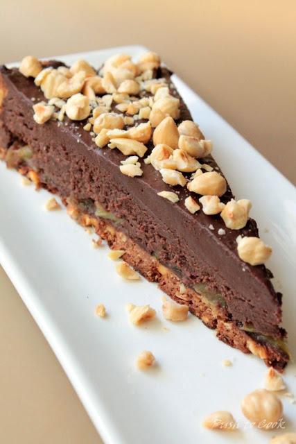 Тарт с шоколадным кремом, ревенём и лесным орехом