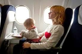 bebe de colo no avião