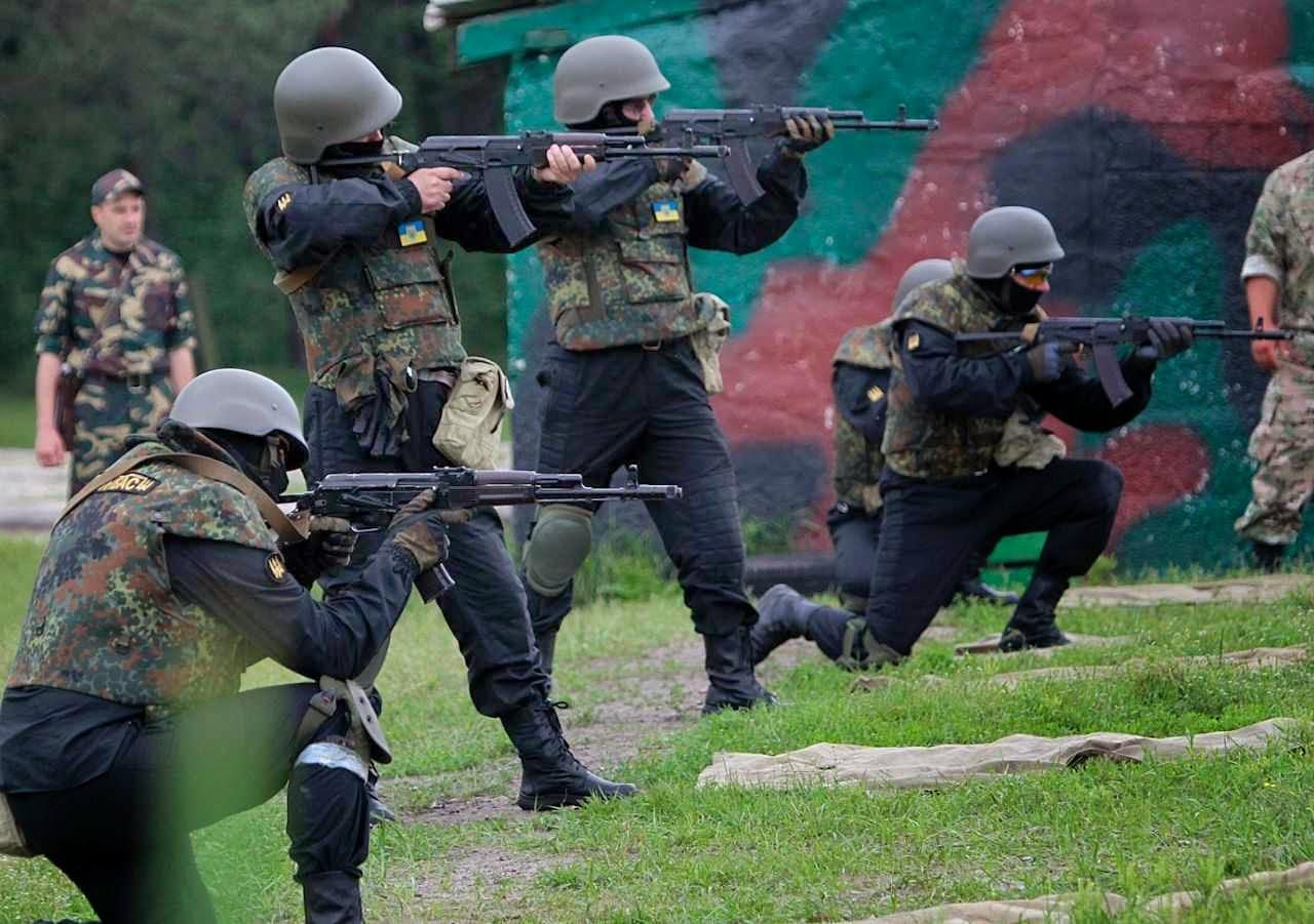 Soldados ucranianos em campo de trenamento perto de Kiev. Eles estariam cercando o surto separatista e desconectando-o da fonte de fornecimentos: a Rússia