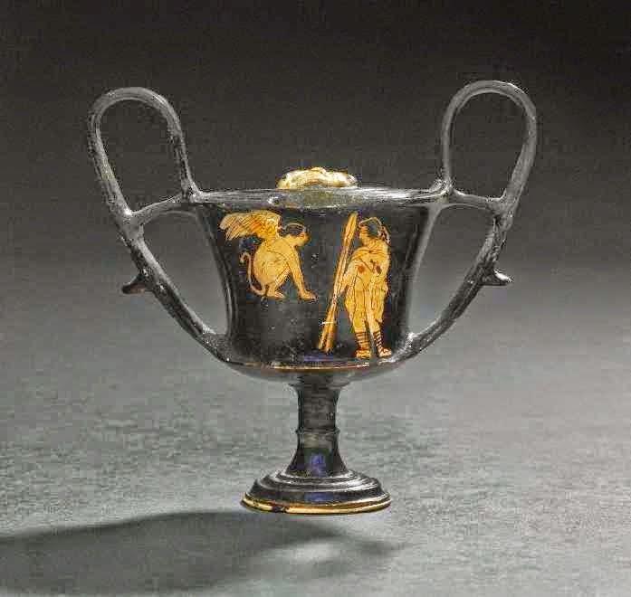 Οιδίποδας και Σφίγγα. Αττικός κάνθαρος 440-430 π.Χ. Βρέθηκε στη Νόλα της Ιταλίας. Η Σφίγγα κάθεται πάνω σε βράχο. Μπροστά της ο Οιδίποδας, φορώντας χλαμύδα και με δύο δόρατα στο δεξί του χέρι, απαντά στο αίνιγμα. Λονδίνο, Βρετανικό Μουσείο, 1867,0508.1132 / E156 © Trustees of the British Museum