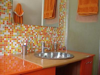 Banheiro laranja com pastilhas de vidro
