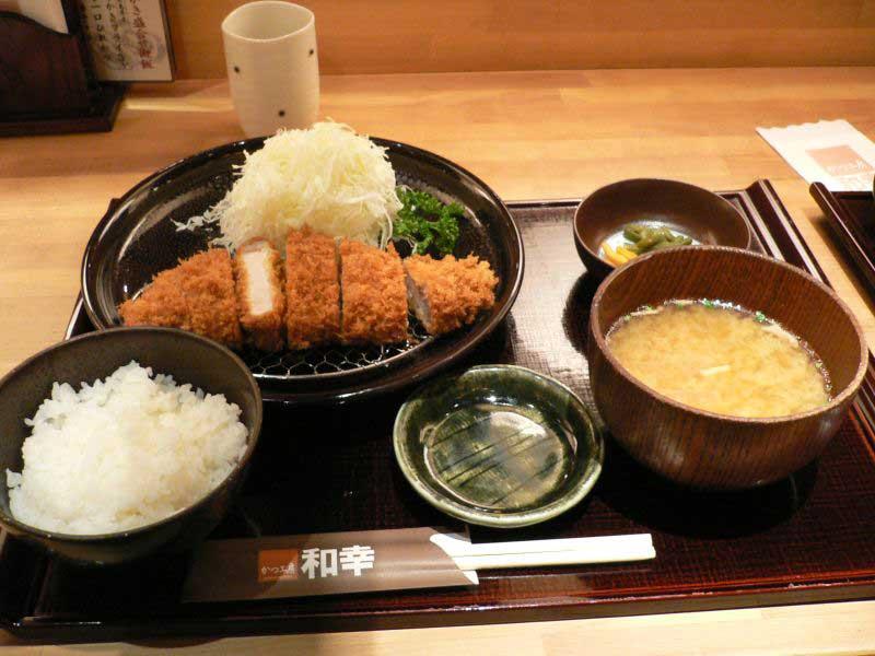 Tonkatsu_set_by_zezebono_in_Sapporo,_Hokkaido
