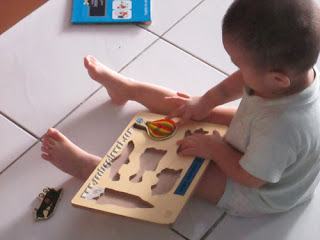Hadi_play_with_puzzle