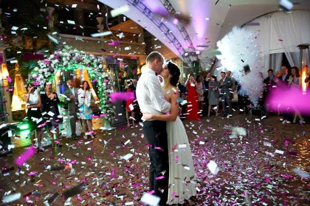 жених и невеста танцуют очень красиво