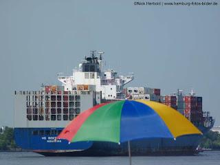 Elbstrand Hamburg Sonnenschirm und Frachtschiff