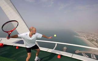 بالصور..ملعب تنس معلق في الهواء!