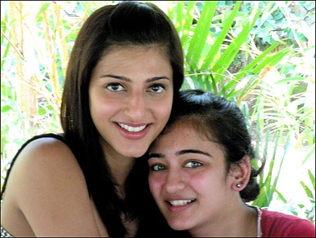 Akshara Hassan and shruti hassan along with each other