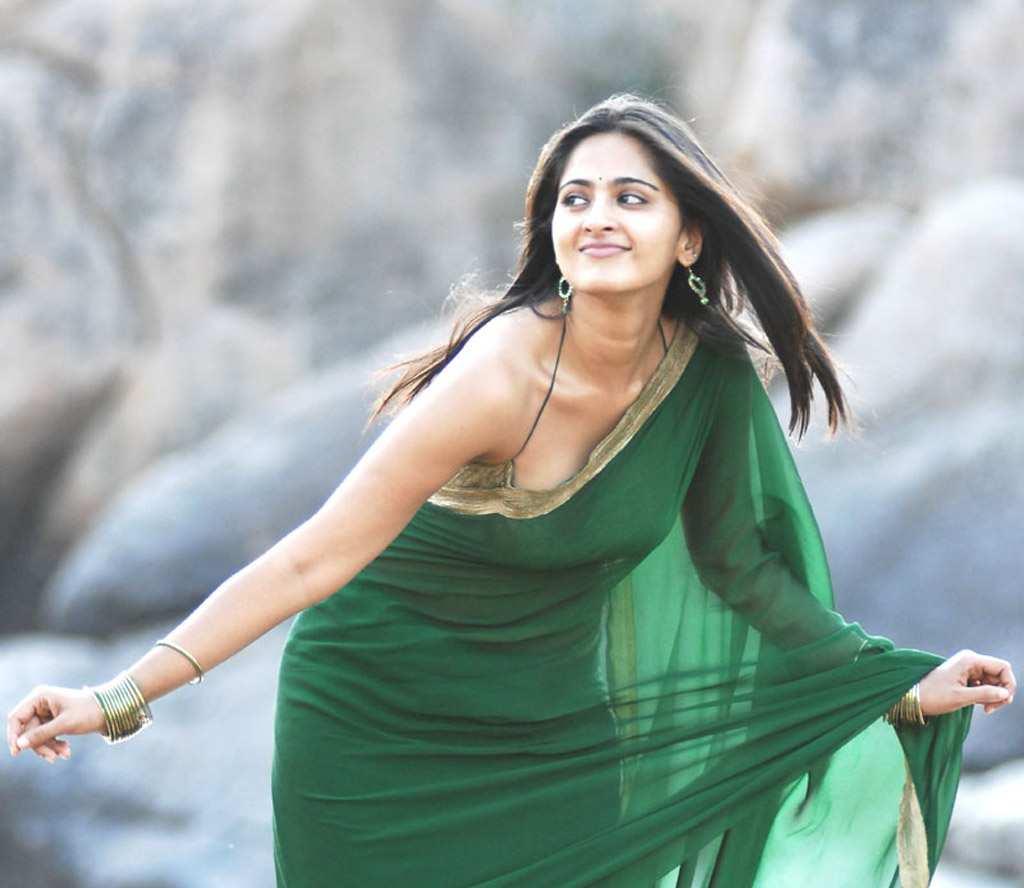 Zest Images: Anushka hot in Saree