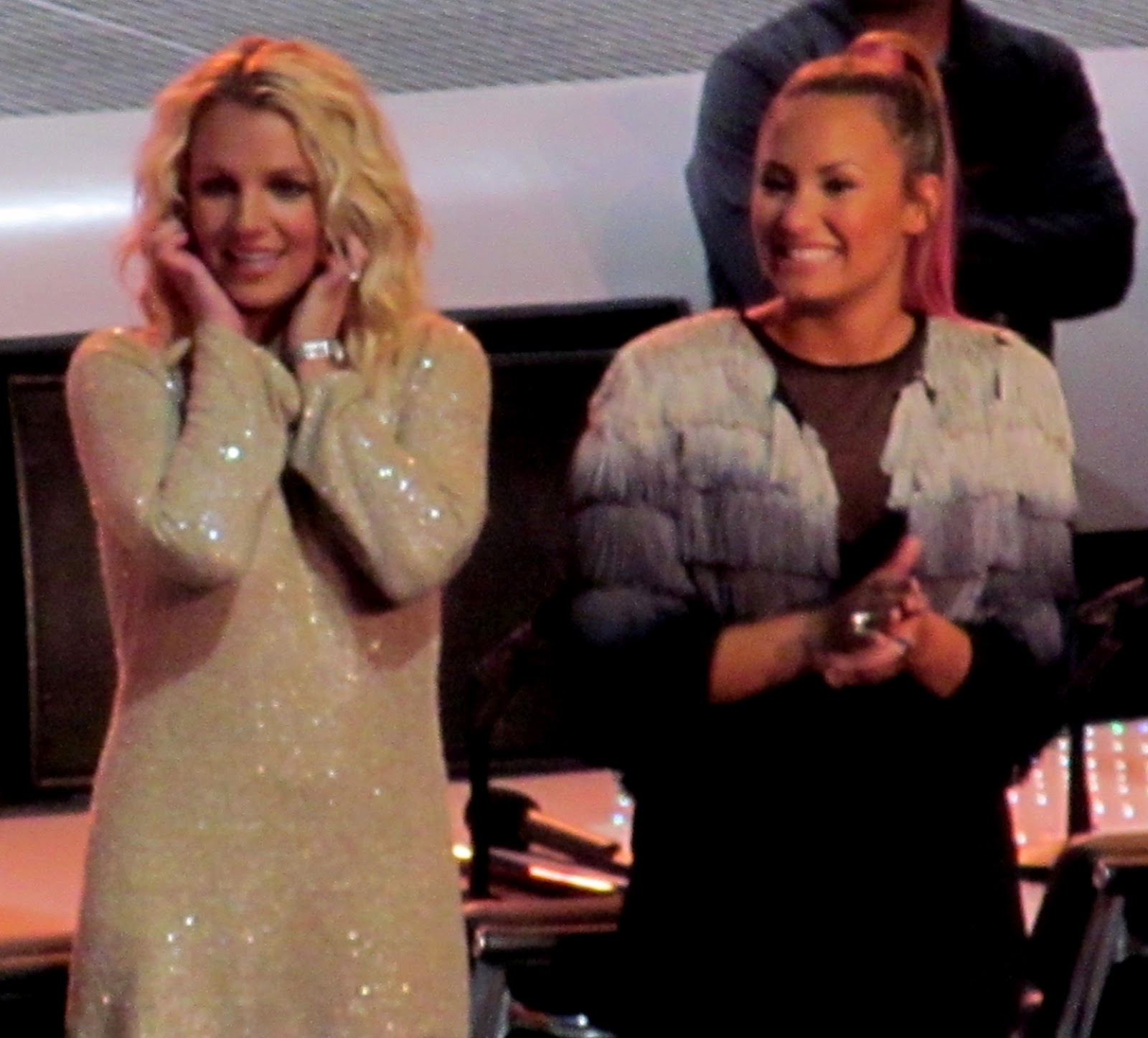 http://2.bp.blogspot.com/-aYoht68DMto/UO1V7ybc5JI/AAAAAAAAFgI/DDCqULCGAao/s1600/Britney_Spears,_Demi_Lovato_X-Factor_2,_2012.jpg