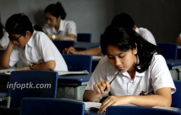 Siswa sedang mengikuti ujian nasional