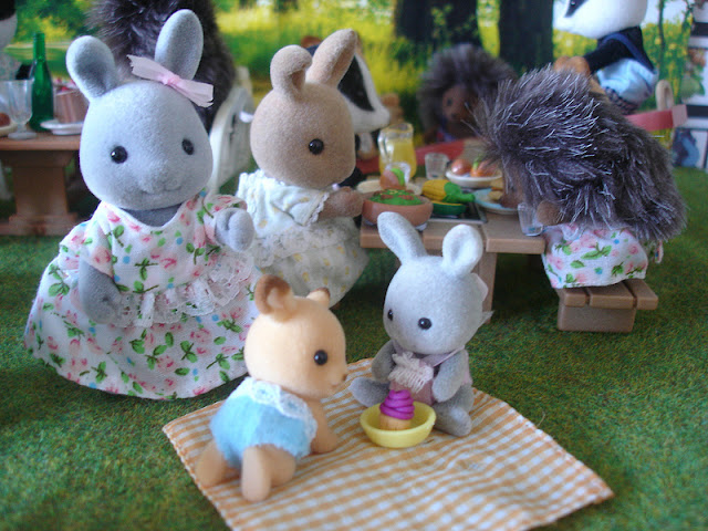Sylvanian Families Diamond Jubilee Picnic Belinda Brighteyes, Babblebrook rabbit baby girl, Buckley Deer baby girl & Dappledawn fawn rabbit sister