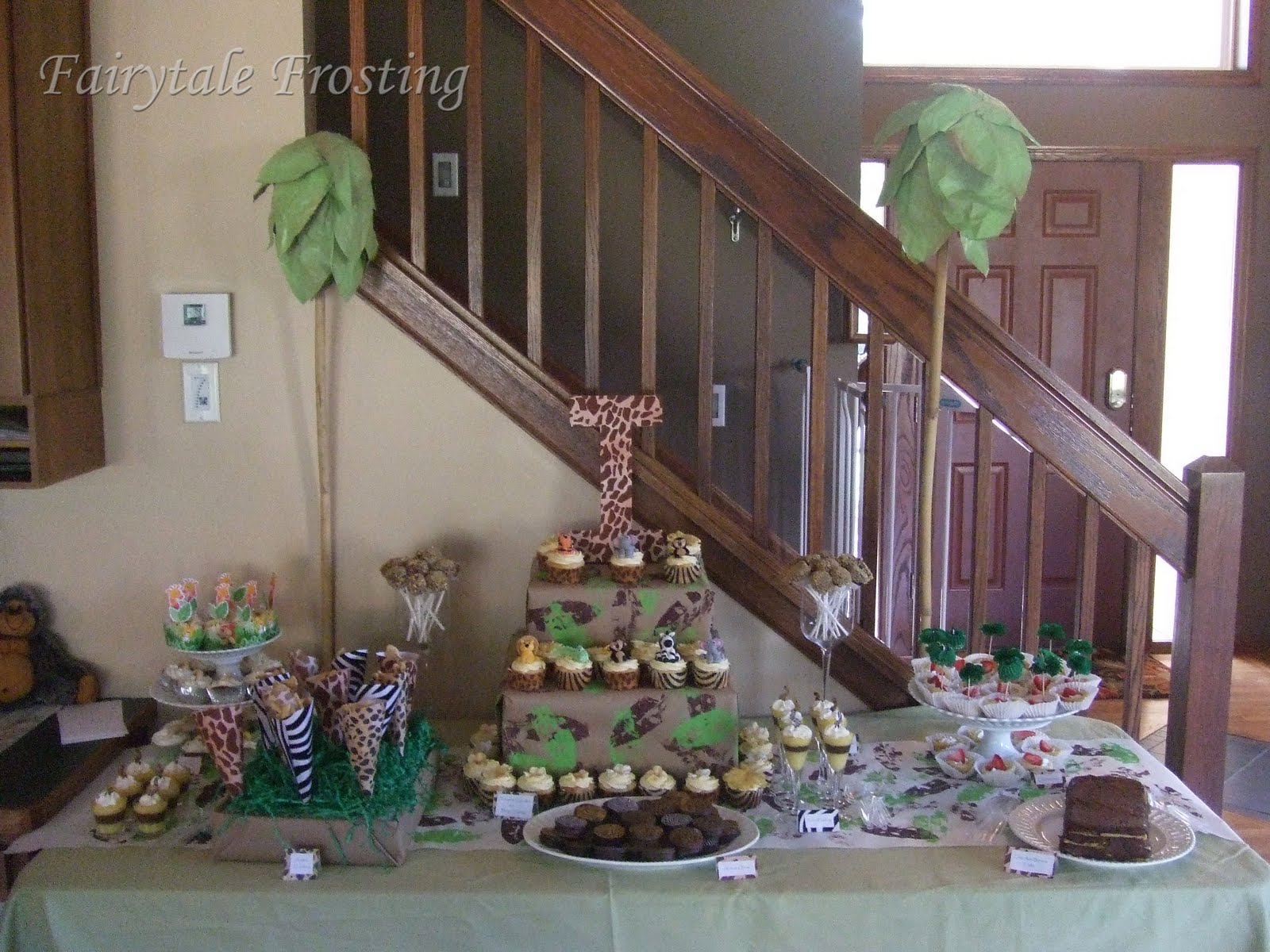 Love laugh and plan jungle themed birthday party for Table design jungle