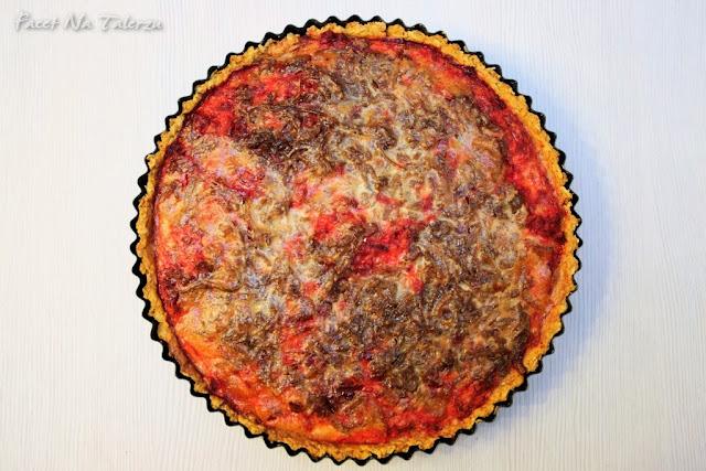 Tarta z burakami i karmelizowaną cebulą