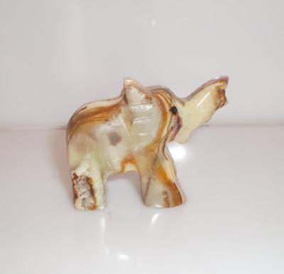 Márványszínű kő elefánt