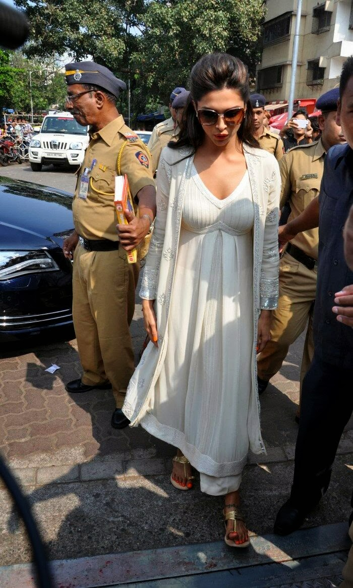 Deepika Padukone spicy pics in white Salwar at Siddhivinayak Temple visit in Mumbai